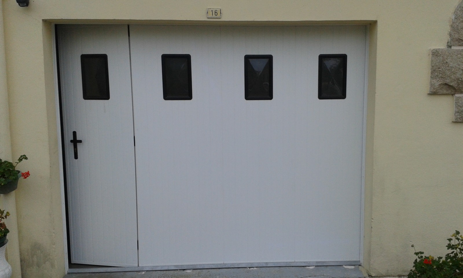 Porte de garage lat rale coulissante pvc manuelle for Porte de garage en promotion