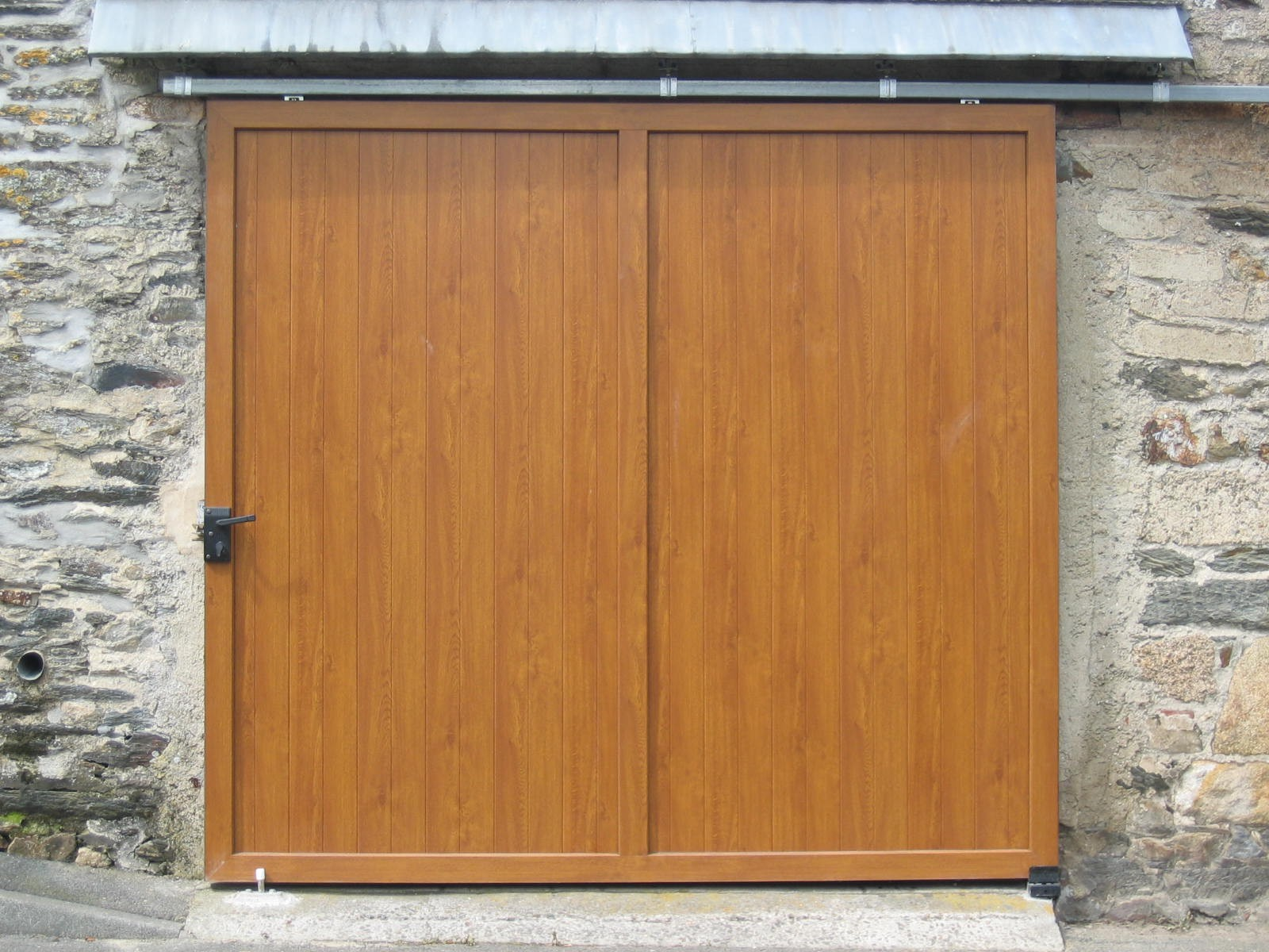 Porte de garage suspendue et coulissante for Porte de garage 2 battants sur mesure