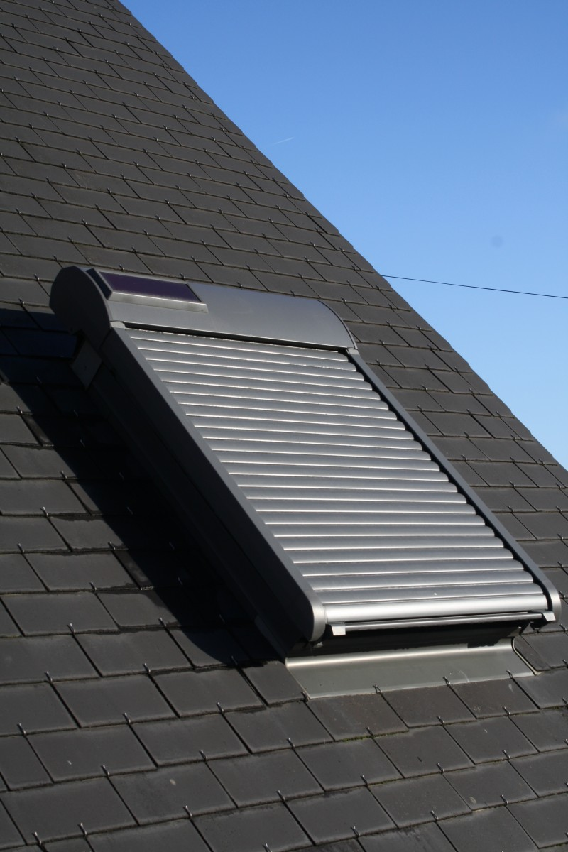volet roulant pour fen tres de toit lectrique et solaire. Black Bedroom Furniture Sets. Home Design Ideas