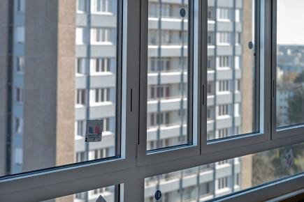 Fenêtres alu blanc satiné à l'intérieur