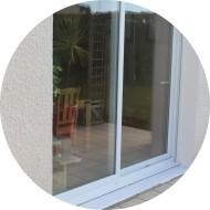 baie vitrée en pvc - pour une pièce de vie -  de couleur blanche