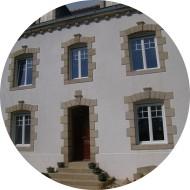 ensemble de fenêtres en pvc de couleur blanche sur maison