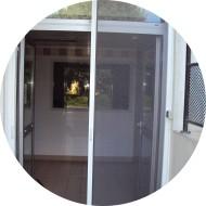 moustiquaire installée sur porte-fenêtre