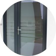 porte d'entrée en aluminium gris anthracite avec panneau de verre