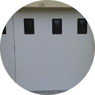 porte de garage coulissante en pvc avec portillon intégré