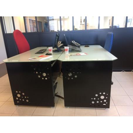 Bureau avec tôle découpée et plateau en verre