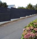clôture grillagée gris anthracite avec soubassement béton