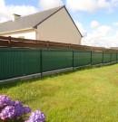 clôture grillagée avec occultant vert et avec soubassement béton