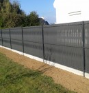 clôture grillagée occultante avec plaque en béton
