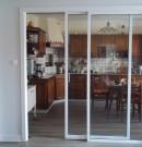 cloison coulissante suspendue en aluminium avec vitrage pour séparation cuisine ou pièce de vie