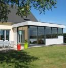 extension à toit plat en aluminium avec bardage bois et bandeau acrotère