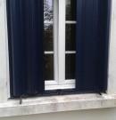 persienne en aluminium coulissante sur rail - fenêtre avec petits bois incorporés