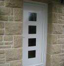 porte d'entrée aluminium avec panneau décoratif vitré