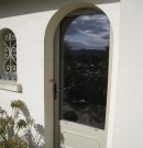 porte d'entrée aluminium avec soubassement et moulure