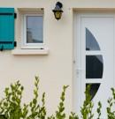 porte d'entrée en pvc avec panneau décoratif vitré
