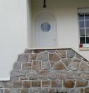 porte d'entrée en pvc avec hublot et de couleur blanche
