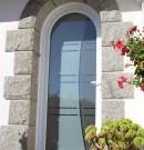 porte d'entrée cintrée en pvc avec panneau de verre