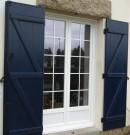 Porte-fenêtre à deux vantaux en pvc avec petits bois incorporés