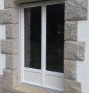 porte-fenêtre vitrée et avec soubassement en pvc
