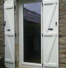 porte-fenêtre avec un vantail en pvc blanc