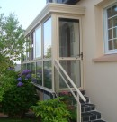 sas d'entrée en aluminium avec escalier de couleur beige