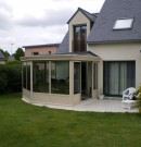 véranda en aluminium avec panneaux isolants sur la toiture